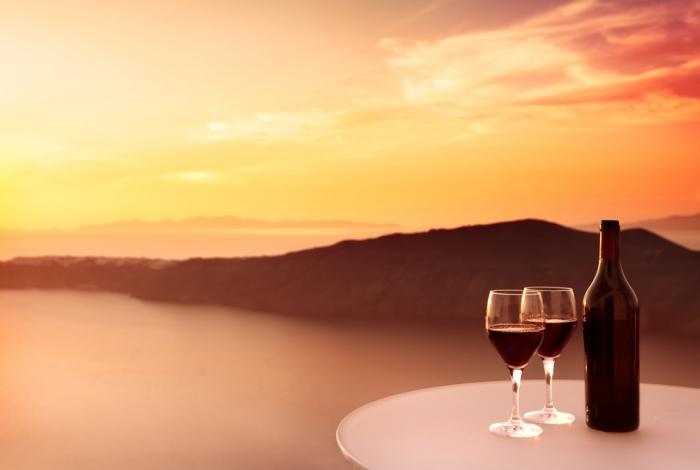 Vacanza a Santorini: tramonti da favola e ottimi vini!